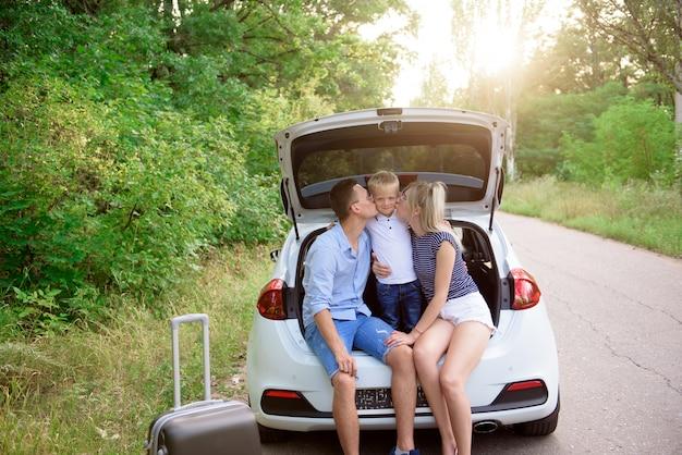 Autoreis met het gezin. zomervakantie, vakantie, reizen, road trips en mensen concept.
