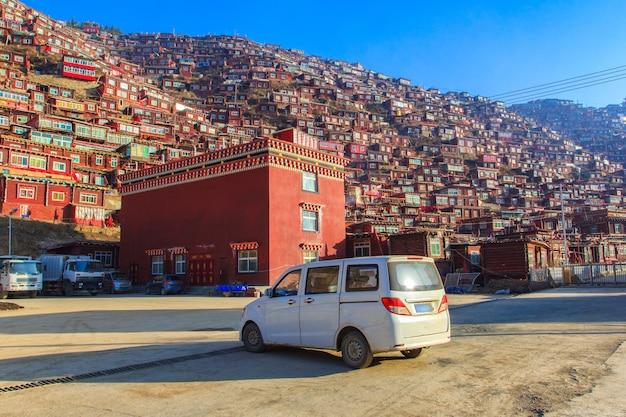 Autoreis te huur van lokale gids in larung gar (boeddhistische academie) in zonnige dag