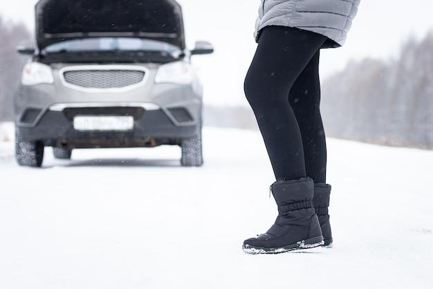 Autoreparatie op de weg in de winter