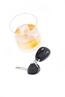 Autosleutel en een whisky op de rotsen