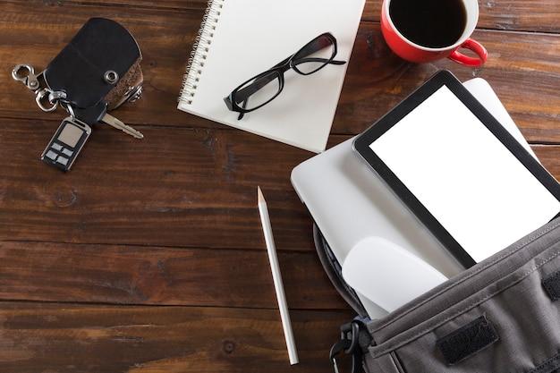 Autosleutel, laptop computer en tablet op bureau - hoogste mening