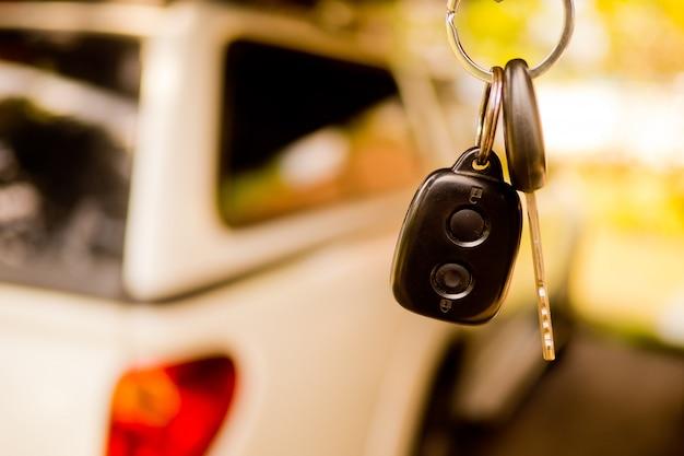Autosleutel met auto achtergrond wazig, niet drinken en rijden