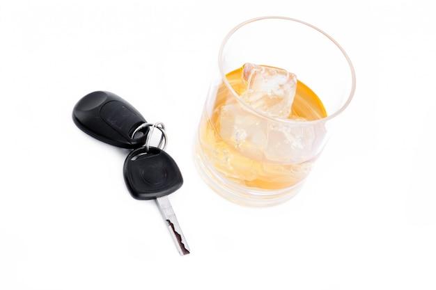 Autosleutel naast een whisky