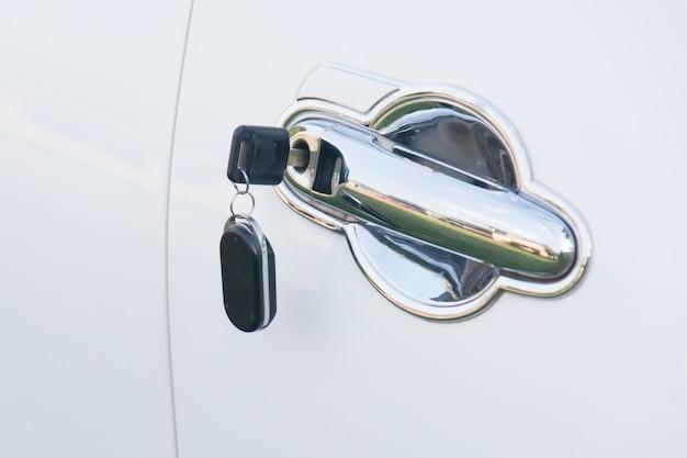 Autosleutels achtergelaten in een slot