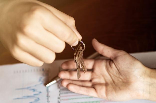 Autosleutels. verkoper hand sleutels geven
