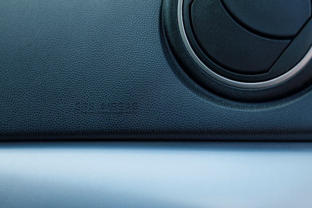 Autostoel zij-airbag label op luxe leer - verhoogde veiligheid in een auto - bescherming van de gezondheid