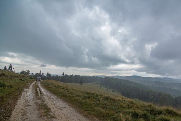 Autotocht op bergen tijdens regenval slecht weer dag.