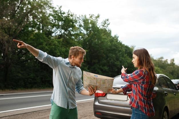 Autotoeristen met kaart die ruzie hebben, reizen over de weg. koppel op voertuig verdwaald, op zoek naar de juiste weg. man en vrouw op vakantie, autoreis