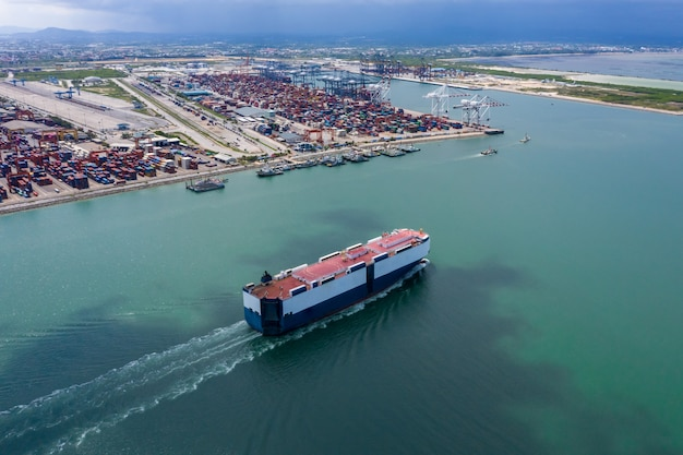 Autotransporter zeilen op de luchtfoto van de groene zee