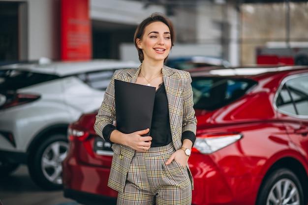 Autoverkoopster in een autotoonzaal
