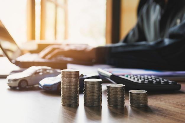 Autoverzekering en autodienst met stapel munten. speelgoedauto voor boekhoudkundige en financiële concept.