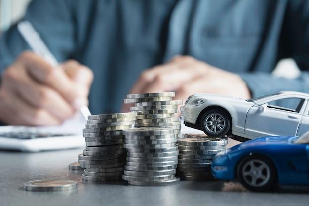 Autoverzekering en autodienst met stapel munten.