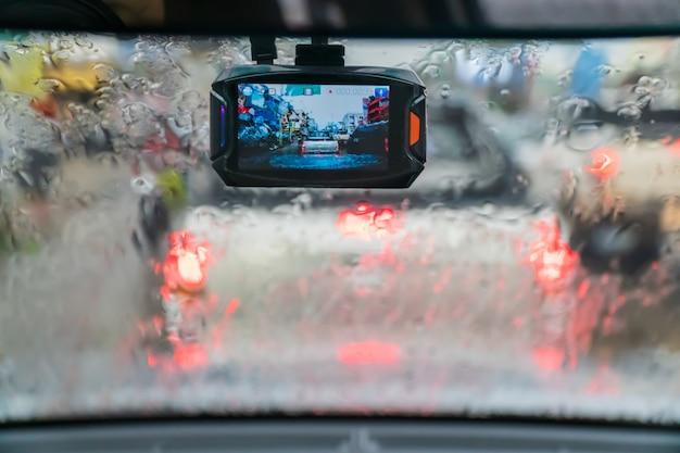 Autovideorecorder in regenachtige dag en verkeersopstopping