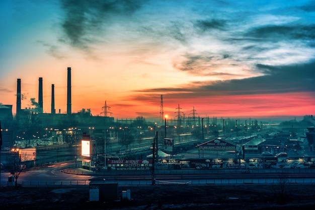 Autovit en industriegebied zonsopgang aan de rand van boekarest, roemenië
