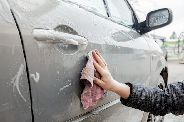 Autowassen met schuim in autowasstation