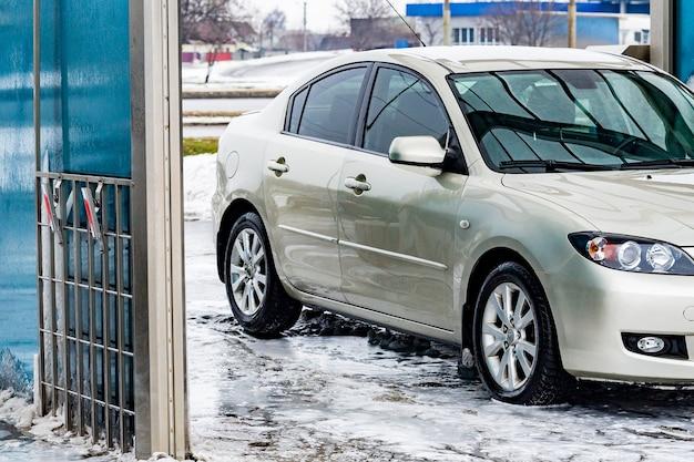 Autowassen met water en schuimreiniging. auto, service auto-industrie wassen auto, service