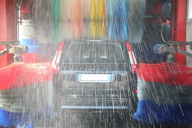 Autowasserette in actie bij stationservice