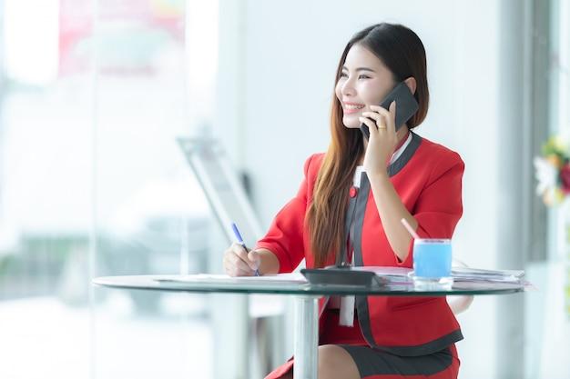 Autozaken, autoverkoop, gebaar en mensenconcept - glimlachende zakenman die op slim spreken