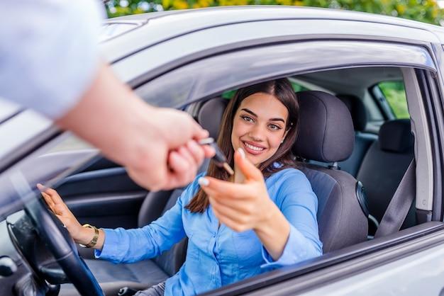 Autozaken, autoverkoop, vervoer, mensen en eigendomsconcept - sluit omhoog van auto sa