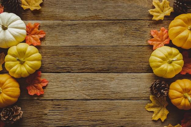Autumn thanksgiving-dagachtergrond met gevallen bladeren en vruchten