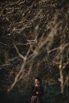 Autumn vibes. gotische stijl. donkerbruine vrouw in donkerrode doek