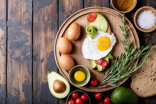 Avacado-toast met gekookt ei