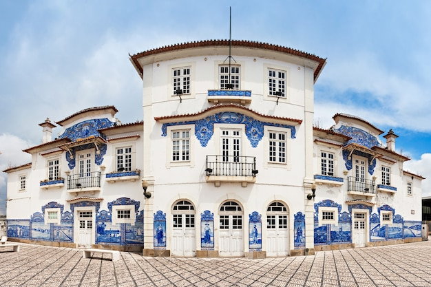 Aveiro, portugal - juli 02: aveiro treinstation versierd met azulejo op 02 juli 2014 in aveiro, portugal