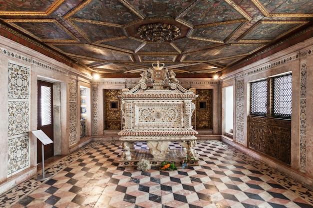 Aveiro, portugal - juli 02: stadsmuseum interieur, voorheen bekend als het klooster van jezus op 2 juli 2014 in aveiro, portugal