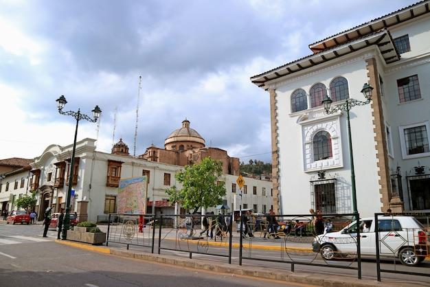 Avenida el sol, de hoofdstraat van cusco met coricancha of de tempel van de zon van de inca's in de verte, peru