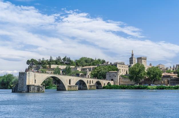 Avignon-brug met pausenpaleis en rivier de rhône