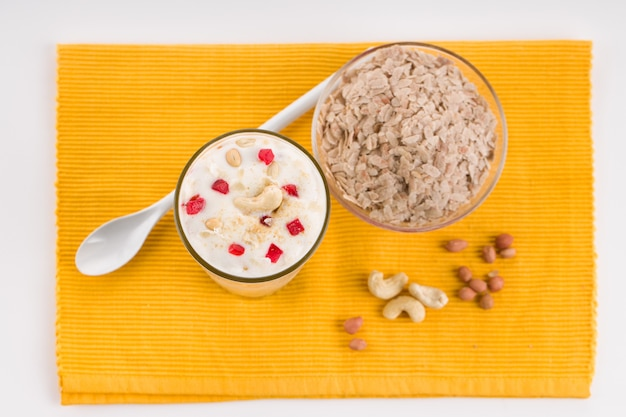 Avil milk special shake die zeer gezond is gemaakt van rijstvlokken en gegarneerd met noten.