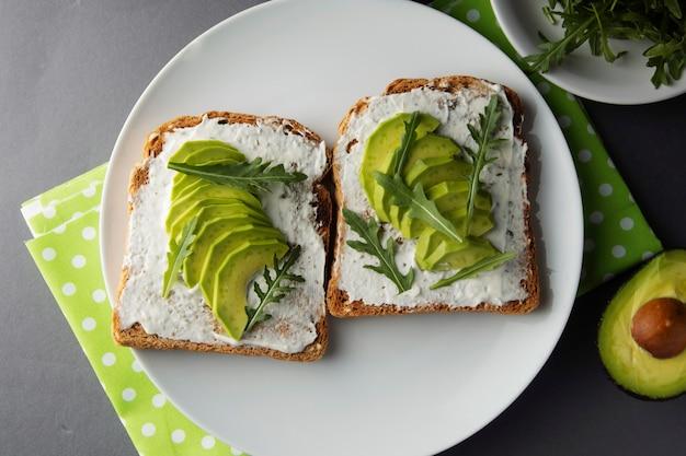 Avocado brood toast met gesneden avocado en roomkaas. gezond ontbijt.