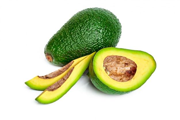 Avocado die op een witte achtergrond wordt geïsoleerd