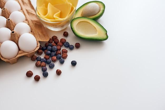 Avocado droge bessen eieren en kaas we zijn klaar om een nieuw gezond recept te schrijven