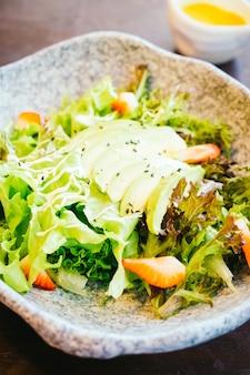 Avocado en aardbei met plantaardige salade