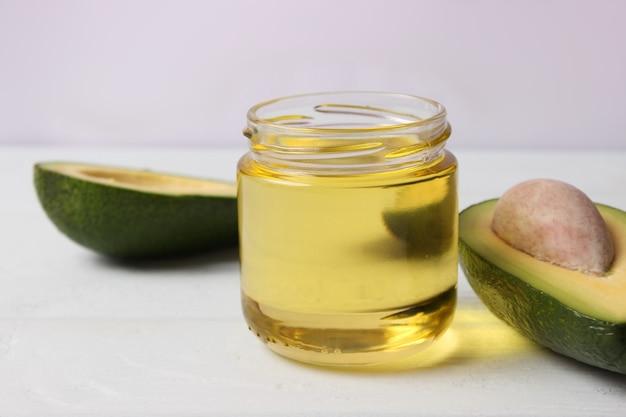 Avocado en avocado-olie close-up op tafel