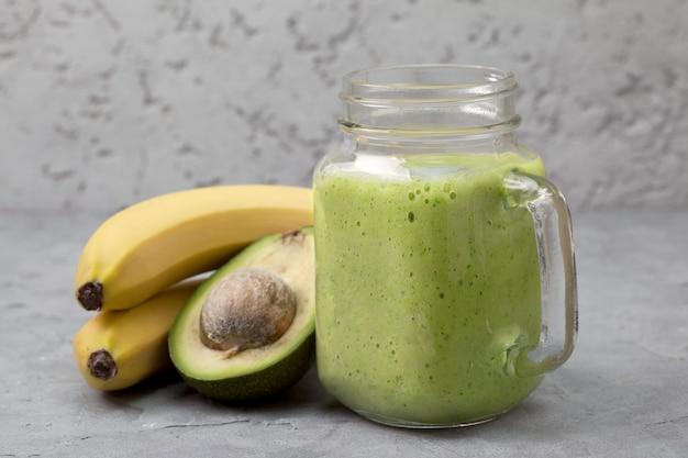 Avocado en banaan smoothie met fruit