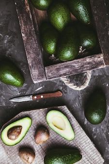 Avocado. gezond eten op tafel. vintage houten kist