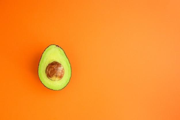 Avocado (groen en rijp fruit, vitamines) top menu concept