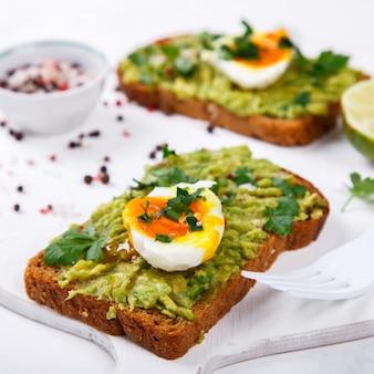 Avocado-groente. sandwiches met guacamole