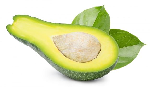 Avocado in tweeën gesneden geïsoleerd op witte ruimte