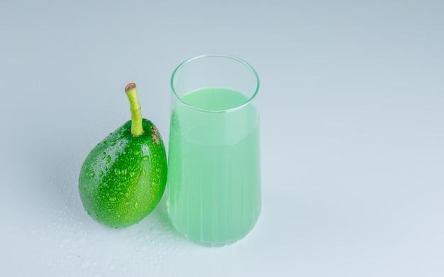 Avocado met drankje bovenaanzicht