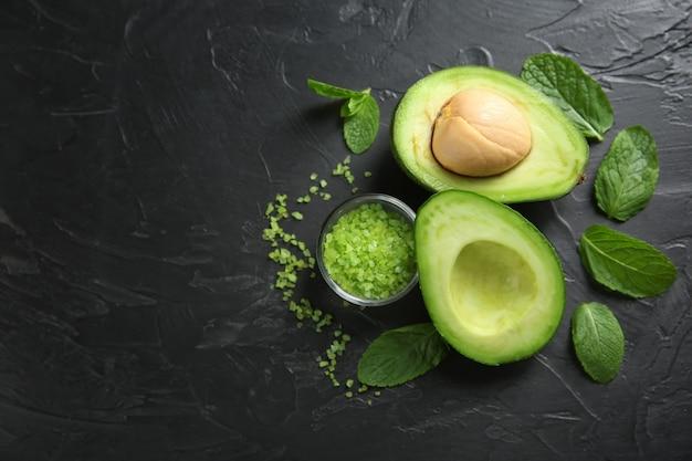 Avocado met zeezout en munt voor zelfgemaakte cosmetica op donker