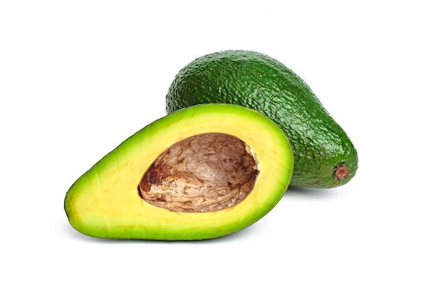 Avocado op een wit wordt geïsoleerd dat