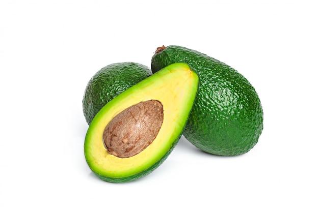 Avocado op een witte achtergrond wordt geïsoleerd die