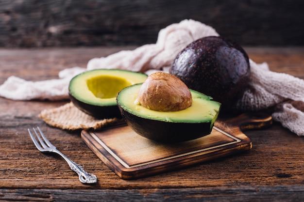 Avocado op houten tafel