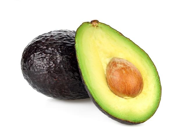 Avocado op wit wordt geïsoleerd dat
