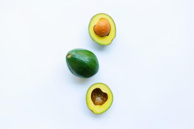 Avocado op witte achtergrond.