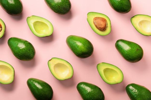 Avocado patroon op roze achtergrond