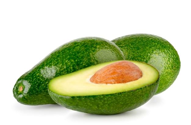 Avocado's en een half met een geïsoleerd zaadje
